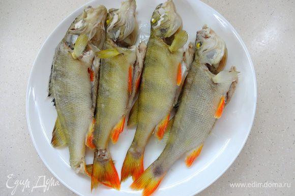 По истечении времени аккуратно вынуть рыбку, а в бульон положить картофель, морковку, лавровый лист и перец горошком.