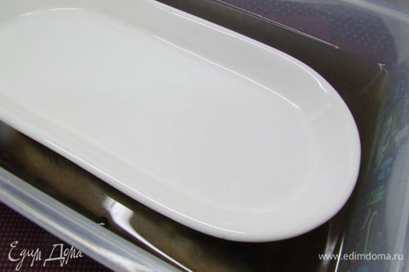 Сверху положить тарелочку. Оставить скумбрию мариноваться 12 часов при комнатной температуре.