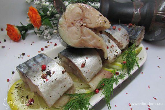Готовую рыбку порезать на кусочки, полить маслом. Приятного аппетита!