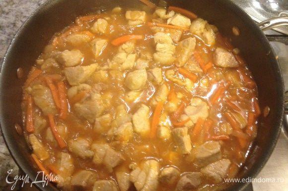 Свинину режем на небольшие кубики, нагреваем сотейник, чуть растительного масла. Протушиваем мясо, затем добавляем лук, после чеснок мелко порезанный. Посолить, поперчить, добавить лавровый лист, кореанд. Морковку порезать тонкими полосками и добавить к мясу. Пусть протушится под крышкой.