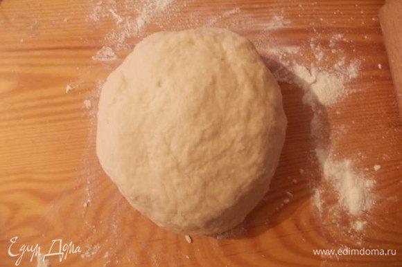 Подсыпая муку,замешиваем крутое тесто. Отправляем его в миску,накрываем пленкой или полотенцем и ставим в теплое место,пока тесто не подойдет.