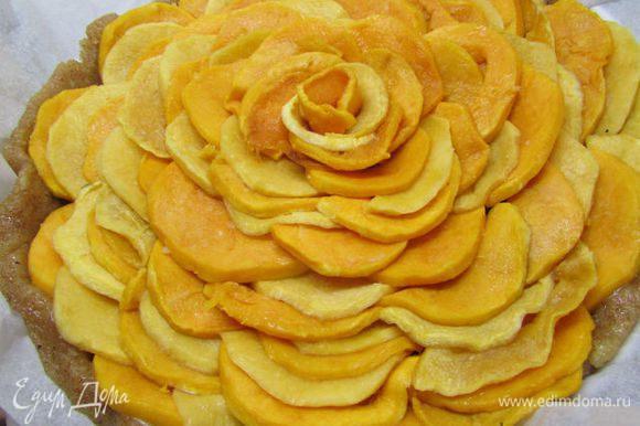 На марципан выложить карамелизированную тыкву. Я постаралась уложить её в виде цветка.
