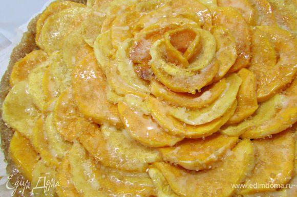 Растопить сливочное масло и смазать им тыкву. Затем посыпать сахаром. Отправить пирог в разогретую духовку (180 градусов). Выпекать 40 минут.