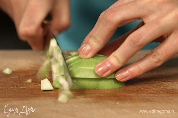 Чтобы придать блюду некоторую пикантность, добавьте зеленое яблоко. Помытое яблоко очистите от кожи и семян, нарежьте кубиками. Для того, чтобы яблоко не потемнело, рекомендуется залить его соком лимона.