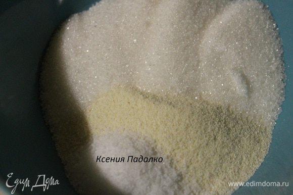 Манную крупу смешать с сахаром и ванильным сахаром. (Смешав манку с сахаром, можно не опасаться, что крупа в горячем молоке соберется комочками). В закипевшее молоко тонкой струйкой высыпаем манку с сахаром, сразу же размешиваем крупу венчиком, кладем соль. Варить кашу на медленном огне 5-7 минут. Каша получится очень густой, ее нужно постоянно помешивать. Выключит огонь и оставить кашу на 5 минут.