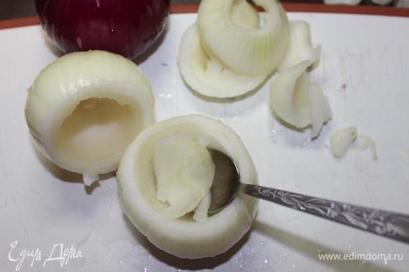 Также срезаем верхнюю часть, чуть меньше 1/3. Аккуратно, чтобы не повредить стенки, ложкой вынимаем из луковиц внутреннюю часть, оставляя приблизительно 1 см. в толщину.