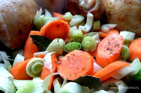Теперь добавляем овощи,присыпаем тимьяном,солью,кладём лаврушку.