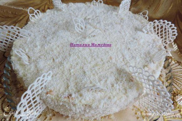 Бока и верх торта посыпаем кокосовой стружкой. Украшаем по своему желанию. У меня завитки из айсинга.