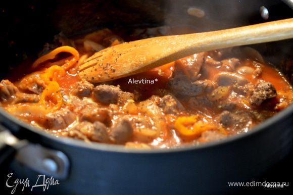 Выложить желудочки в овощной соус, добавить молотый кориандр, черный перец. Закрыть крышкой и тушить еще 20 мин.