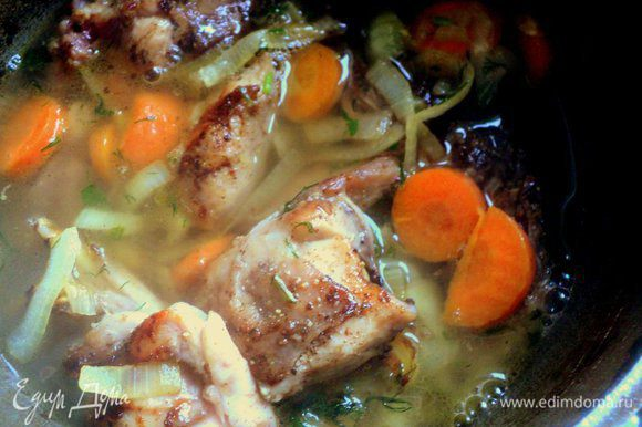 Выложить мясо и половину лука с морковкой в толстостенный сотейник, налить немного бульона или горячей воды и тушить под крышкой 30-40 минут. По мере необходимости добавлять жидкость.