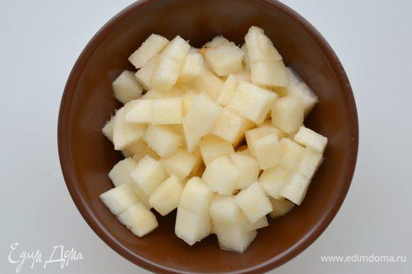 Спелые сочные, но не мягкие груши почистить, удалить сердцевину, порезать кубиками.