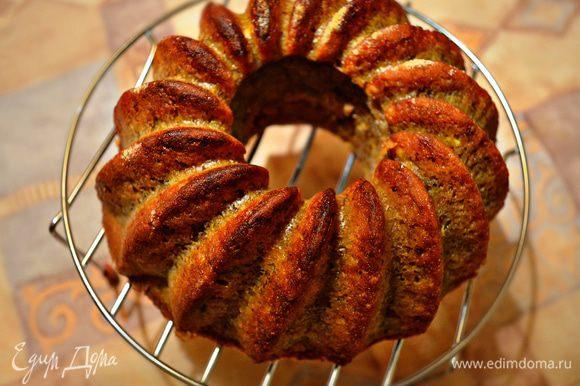 После выпекания кекс в форме разместите на 10 мин на решётке для охлаждения. Затем аккуратно выньте кекс из формы и ещё на 10 мин оставьте на решётке.