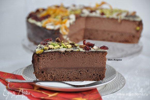 """И в разрезе! Шоколадные торты, как и медовые, раскрывают свой вкус не сразу, а на второй-третий день. Им надо """"настояться"""". Так что его можно испечь заранее до праздников. Последние кусочки были самые вкусные!"""