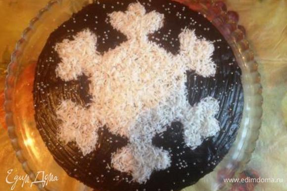 """Достаем торт, смазываем серединку либо остатками глазури (тонким слоем), либо любым сиропом или медовой водичкой (разводим мед с водой 1:1), чтобы кокосовая стружка прилипла. И покрываем середину кокосовой стружкой теперь уж под """"трафарет"""" из глазури. Если вы даже промахнетесь и насорите стружкой по глазури - ее можно будет смести кисточкой (для этого мы и ждали, чтобы глазурь застыла)."""