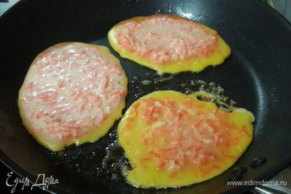 На крупной терке трем морковь, имбирь и цедру лимона, добавляем в тесто, перемешиваем. Затем половником выкладываем на хорошо прогретую сковороду. Можно в центр каждого оладушка положить по кусочку банана, получается очень вкусно :).