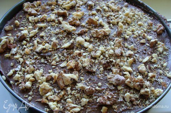 Сверху выложить обжаренные и немного измельченные грецкие орехи (жарить необходимо на медленном огне на сковороде без масла около 10 минут, помешивая). Запах потрясающий!