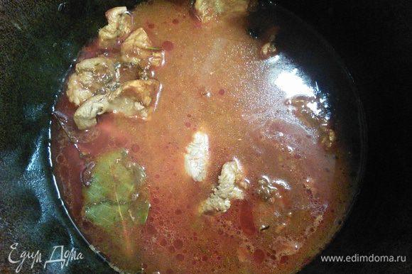 Вливаем процеженный бульон (говяжий, овощной, у меня куриный), накрываем крышкой, убавляем огонь и тушим до готовности мяса. У меня ушел час.