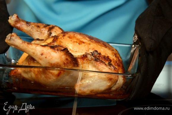 Готовность проверяем зубочисткой - если сок из тушки вытекает чистый и прозрачный, значит курица с персиками готова.