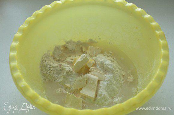 В миску отмерить муку,охлажденное масло и ледяную воду.