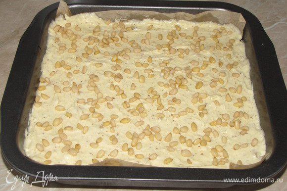 Сверху посыпать оставшимися кедровыми орешками и морской солью.