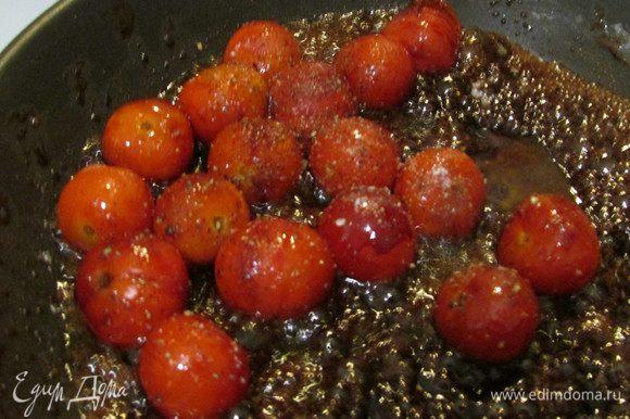 Готовьте 4-5 минут, пока не лопнет кожица, и осторожно влейте 1 ст. л. ложку оливкового масла. поперчите и посолите по вкусу. Снимите с огня.