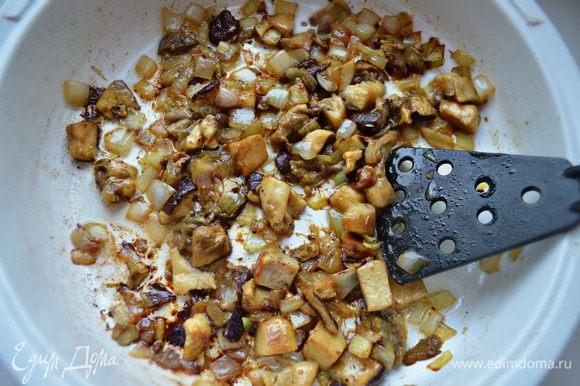 Затем добавьте порезанные небольшими кусочками грибы, посолите, приправьте перцем и доведите до готовности под крышкой (около 15 мин).