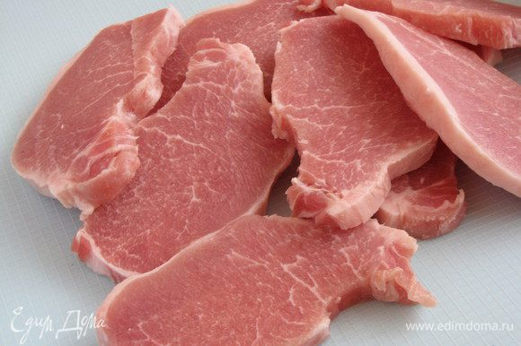 Мясо нарезать пластиками, толщиной не больше сантиметра.