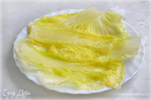 """Листья пекинской капусты отделить (лучше брать небольшого размера, а крупные пустить в салат, чтобы голубцы были маленькие - """"на один зубок"""") и отварить в кипящей подсоленной воде пару минут."""