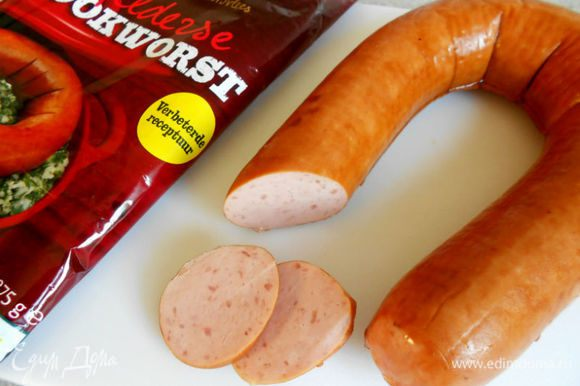 Здесь я хочу показать её на разрезе, чтобы было понятно, какую надо покупать. Ничего особенного, колбаса, как колбаса, слегка подкопчённая, без оболочки, но в упаковке.