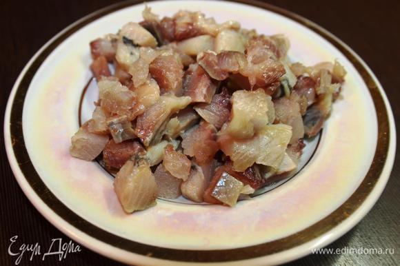 Пока варятся яблоки очищаем сельдь и нарезаем ее маленькими кусочками (лучше брать бочковую, но пойдет и фасованное филе).