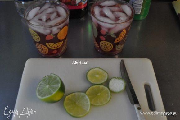 Лайм порежем на кружки. В стаканы разольем смешанные в емкости отдельной: сок,содовую,водку и сок лайма. Перемешаем.