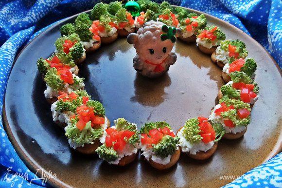 Очень-очень понравился нам венок-закуска от Леночки,было открытием,что дети ели сырую брокколи,да и сама впервые)))