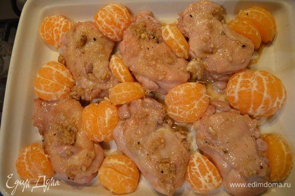 В форму для выпекания выложить куриное филе вместе с мандаринами и залить оставшимся маринадом. Поставить на 15 - 20 мин запекаться в разогретую до 180г духовку.