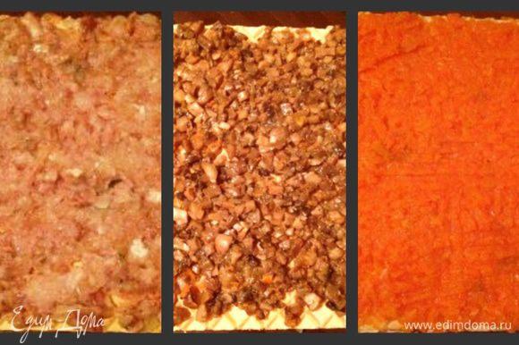 На нижний вафельный корж намазать половину селедочной массы и сверху тонко майонезом. Сверху покрыть 2м коржом и намазать половиной грибов и тонко майонезом. Накрыть 3-м коржом и намазать половиной моркови и сверху майонезом.