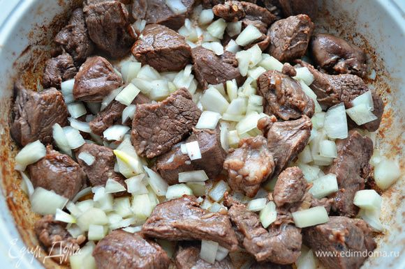 В сотейнике обжарить мясо на оливковом масле, помешивая, в течение 10 мин. Добавить лук и готовить 3 мин на среднем огне.