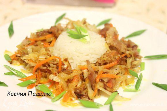 Рис выложить в центр тарелки, а во круг положить солянку, сверху присыпать зеленым луком. Приятного аппетита!!!!