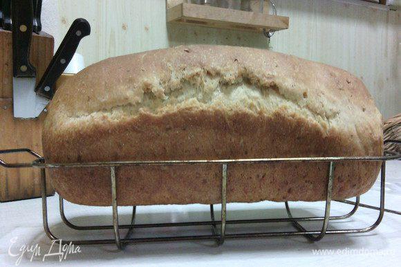 Выпекать хлебушек в разогретой до 200С духовке до готовности (примерно минут 35-40). Мой хлебушек выпекался 40 минут. Во время выпечки кухня наполняется ярким сливочным ароматом и просто хлебоухает :) Остудите на решетке.