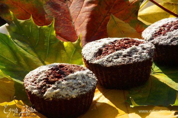 Какой безумный аромат исходит от кексов :) Тыква, корица и ваниль поочередно благоухают на кухне. Очень трудно устоять и не стащить один кекс :)