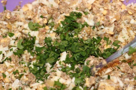 Смешать сайру, яйца, лук, рубленую зелень и измельченный чеснок, посолить, поперчить, заправить майонезом.