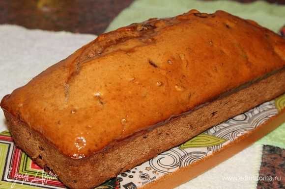 Готовый, еще горячий кекс я смазала сверху абрикосовым джемом.