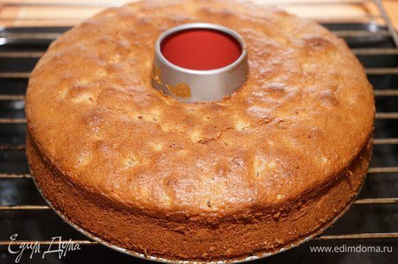 Кекс в форме выложить на решетку, дать немного остыть, потом освободить от формы и остудить на решетке.