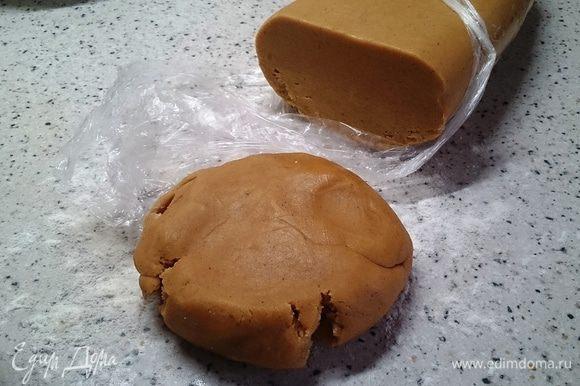 Прошли сутки. Достаём тесто из холодильника, отрезаем кусочек нужного размера и потихоньку начинаем раскатывать скалкой, присыпая тесто мукой.