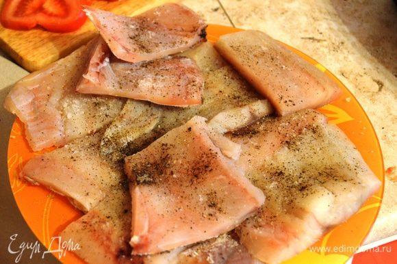 Размороженную рыбу нарезать порционными кусочками, посолить, поперчить