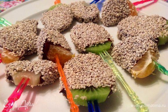 Когда фрукты остынут, поставьте их еще в холодильник, чтобы шоколад основательно застыл. Все! Конфетки готовы! Что может быть лучше, чем конфетки, приготовленные своими руками? Уверяю вас, вашим близким они очень понравятся :-) Мужчины кстати тоже любят сладкое :-) Приятного аппетита :-)