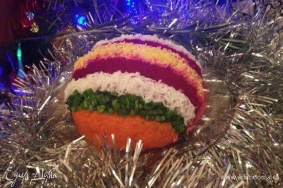 Украшаем шар на свой вкус линиями из свеклы, моркови, зеленого лука, яичных белка и желтка (или другими, на ваше усмотрение).