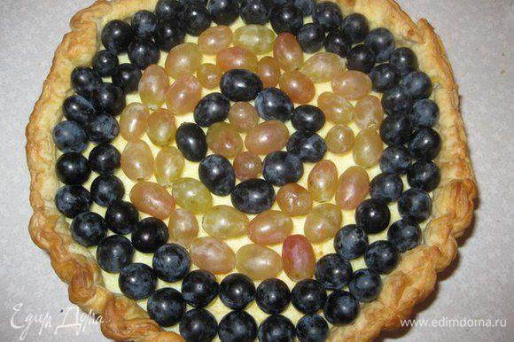 Вынимаем пирог из формы и украшаем половинками винограда.