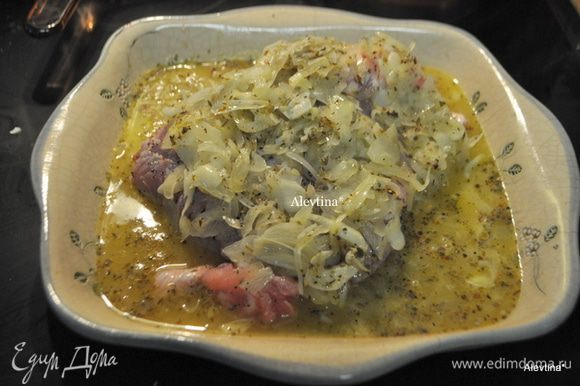На жаропрочное блюдо выложить свинину,жир лишний срезать, если имеется, посолить и поперчить. Сверху луково-цитрусовую смесь. Поставить в духовку и готовить 30 мин. Затем температуру сбавить до 180 гр. и готовить 90 мин. прикрыть фольгой.