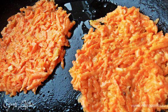 На сковороду наливаем масло, кладём ложку морковной смеси, расплющиваем ложкой.