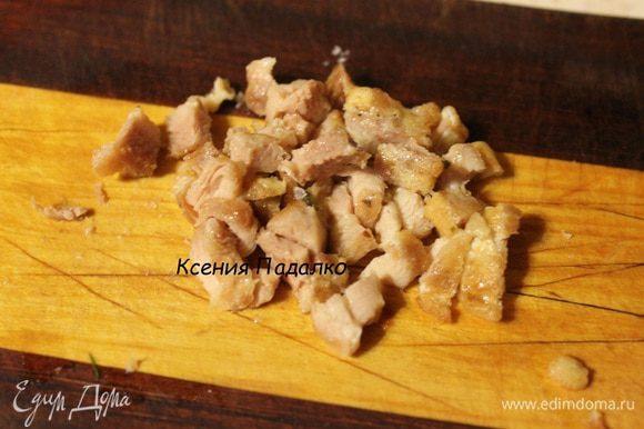 Обжаренные полоски мяса мелко нарезать. Одну полоску оставить для украшения.