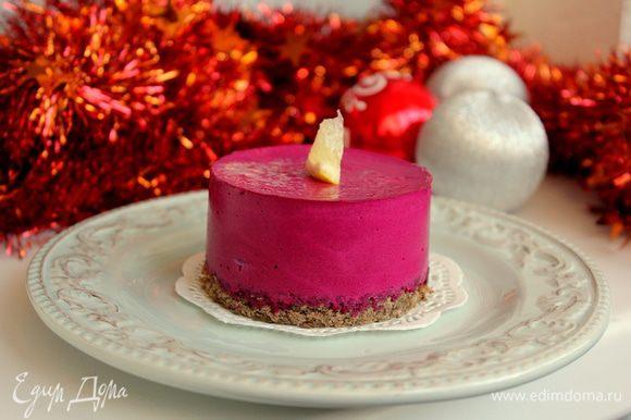 """Наденьте кольца на хлебные донышки и залейте свекольным муссом. Уберите в холодильник на час. Если подавать планируете на следующий день, снимайте кольца только перед подачей, иначе края мусса завертятся. Можно смазать верх тонким слоем растительного масла. Перед подачей украсьте """"Новогодние свечи"""" кусочками лимона."""